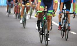 cyklister under finalen sprintar för att segra etappen av cykla Royaltyfri Bild