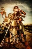 Cyklistflicka på en motorcykel Royaltyfri Foto