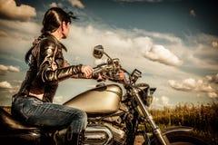 Cyklistflicka på en motorcykel Royaltyfri Bild