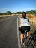cyklistkvinna royaltyfri fotografi