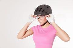 Cyklistkvinna, i att cykla utrustningar Fotografering för Bildbyråer