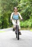 cyklistkvinnlig royaltyfri foto