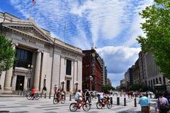 Cyklistliv i gata arkivbild