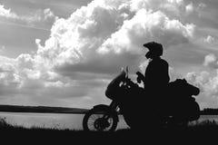 Cyklistman och turist av vägmotorcykeln med ryttaren för ung man för sidopåsar som vilar under turen för att se ljuset av na arkivbild