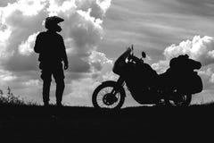 Cyklistman och turist av vägmotorcykeln med ryttaren för ung man för sidopåsar som vilar under turen för att se ljuset av na royaltyfria foton