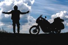 Cyklistmannen tycker om mommenten och turisten av vägmotorcykeln med sidopåsar ryttare som vilar under turen för att se ljuset arkivfoton