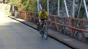 Cyklistridning på en stenlagd väg arkivfilmer