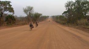 Cyklistridning på vägen Royaltyfri Bild