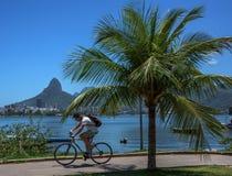Cyklistridning vid den berömda cykeln och det rinnande spåret på den bostads- grannskapen Lagoa fotografering för bildbyråer