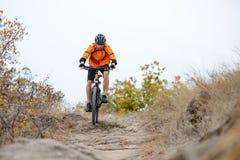 Cyklistridningcykel på den härliga Autumn Mountain Trail Royaltyfria Foton