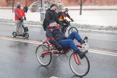 Cyklistritter på den speciala cykeln längs Kremlväggarna i vinter fotografering för bildbyråer
