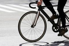 Cyklistritter på huvudvägen Arkivfoto