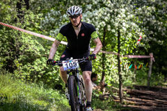 Cyklistritter till och med skogen Arkivbild