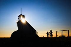 Cyklistsilhouette på solnedgång arkivfoton