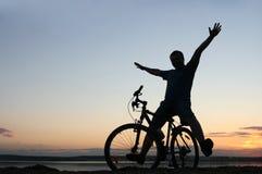 cyklistsilhouettesolnedgång Fotografering för Bildbyråer