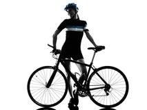 Cyklisty kolarstwa jeździeckiej rowerowej kobiety odosobniona sylwetka zdjęcia royalty free