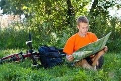 cyklisty mężczyzna mapy read Obrazy Stock