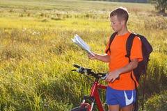 cyklisty mężczyzna mapy read Zdjęcie Stock