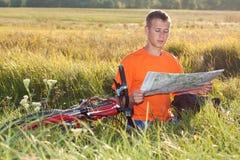 cyklisty mężczyzna mapy read Obraz Royalty Free