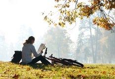 cyklisty mapy read kobieta obrazy royalty free