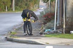 Cyklisty naprawiania mieszkanie Zdjęcie Stock