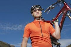 Cyklisty przewożenia rower Zdjęcie Royalty Free