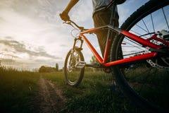Cyklisty stojak z jego rowerem dostaje przygotowywający jechać obraz stock