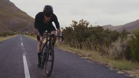Cyklisty wspinaczkowy up góra zbiory wideo