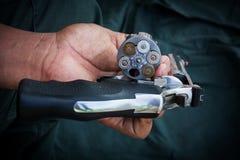Cylinder för lagring för vapen för show för handmaninnehav magmun 357 royaltyfri fotografi