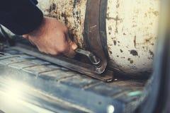 Cylinder för manhandgas för bil royaltyfri foto