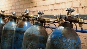 Cylindre d'oxygène avec le gaz comprimé Réservoirs d'oxygène bleus pour l'industrie Production liquéfiée de l'oxygène Usine banque de vidéos