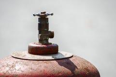 Cylindre de gaz rouge avec une valve images libres de droits