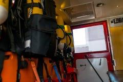 Cylindres d'oxygène jaunes pour des sapeurs-pompiers, placés dans un vieux camion de pompiers photo stock