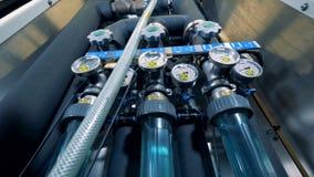 Cylindres de distillation avec des baromètres installés dans une usine de brassage banque de vidéos