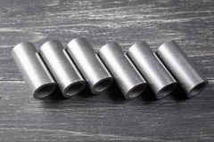 Cylindres en métal sur le fond foncé Image stock