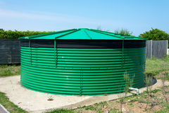 Cylindrisk vattenlagringsbehållare. Fotografering för Bildbyråer
