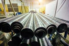Cylindriska stålrör Runda metallrör i metalworkingseminarium Arkivfoto