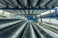 Cylindriska stålrör Runda metallrör i metalworkingseminarium Arkivbild