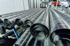 Cylindriska stålrör Runda metallrör i metalworkingseminarium Royaltyfria Foton