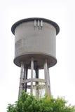 Cylindriskt konkret vattentorn som isoleras på med bakgrund arkivfoton