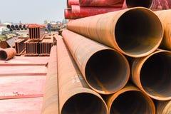 Cylindriskt stålrör på konstruktionsplats arkivbilder