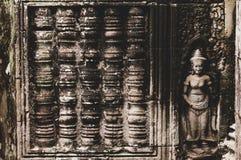 Cylindriskt & staty Bas Relief Detail i Angkor Wat, Siem Reap, Cambodja, Indokina, Asien royaltyfria foton