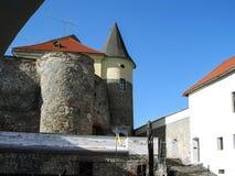 Cylindriskt torn med ett konformat tak av bastionen på den Palanok slotten royaltyfria foton