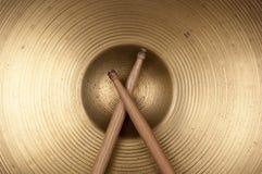Cymbal och drumstick Fotografering för Bildbyråer