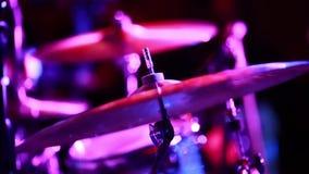 Cymbaler på etapp under en show med egentligen kyler belysning arkivfilmer
