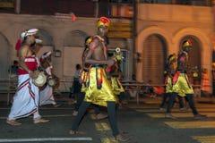 Cymbalspelare och handelsresande utför till och med gatorna av Kandy i Sri Lanka under Esalaen Perahera Arkivfoton
