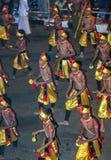 Cymbalspelare utför till och med gatorna av Kandy i Sri Lanka under Esalaen Perahera Royaltyfri Foto