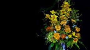 Cymbidiumorchideeën en mums in bloempot stock foto