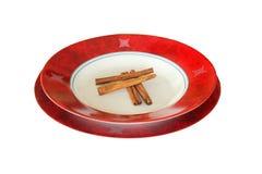 Cynamon auf roter Platte Lizenzfreie Stockfotografie