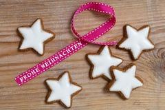 Cynamon gwiazda na drewnie z Frohe Weihnachten & x28; w niemieckim wesoło ch zdjęcia royalty free
